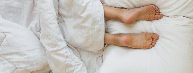 Menschen, die gerne auf dem Bauch schlafen, gelten als Ordnungsfanatiker