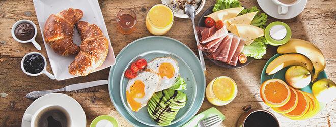 Auf einem reich gedeckten Frühstückstisch finden sich viele gute Vitamin-B-Lieferanten