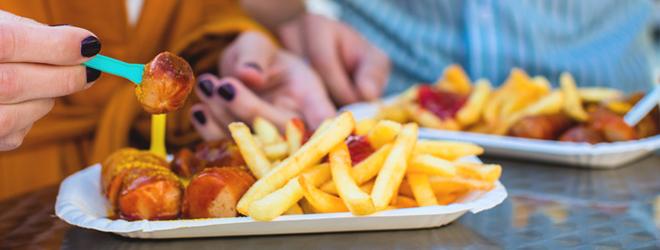 Pommes, Currywurst und Co. können bei Gallenstein-Trägern heftige Krämpfe auslösen