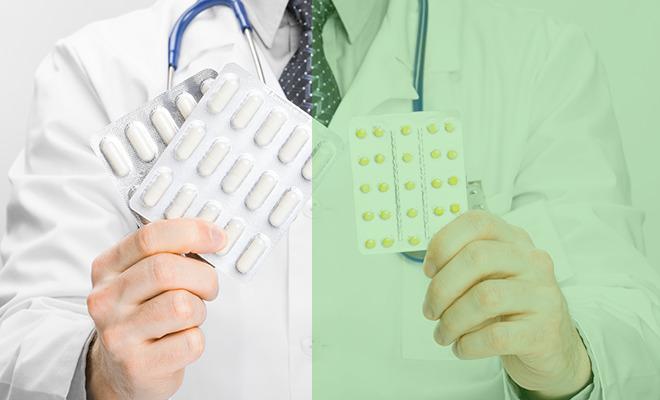 Generika: Arzt hält verschiedene Medikamente hoch