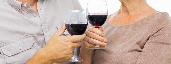 Pärchen, das mit einem Glas Wein anstoßt.
