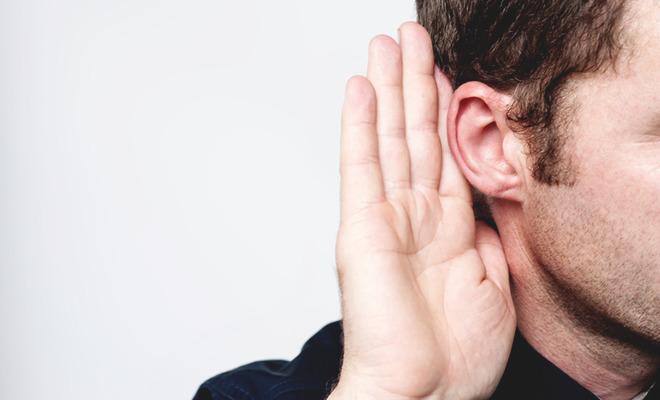 Ein Hörsturz kommt über Nacht, ohne erkennbare Ursache. Symptome, Risiken und Behandlung - alles was Sie über den plötzlichen Hörverlust wissen müssen.