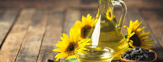 Sonnenblumenkernöl schön angerichtet in einer kleinen Karaffe.
