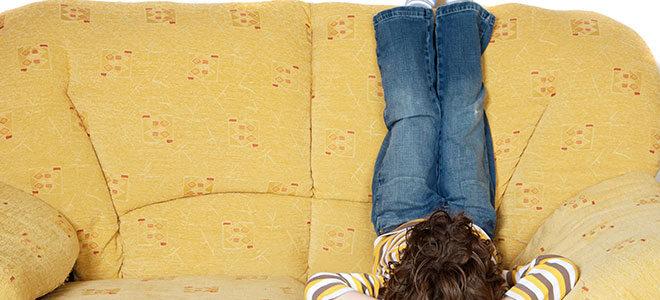 Junge liegt auf Sofa