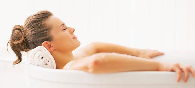 Frau liegt in Badewanne