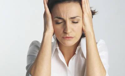 Kopfschmerzen, Flimmern, Lichtblitze sind Anzeichen für eine Augenmigräne. Wir sagen Ihnen, was jetzt zu tun ist.