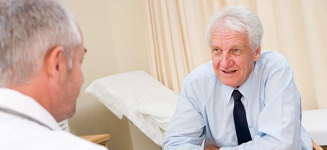 Senior, der sich bei Arzt beraten lässt.