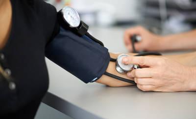 Niedriger Blutdruck: Messung beim Arzt