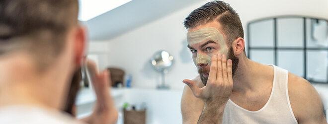 Mann macht Maske gegen Pickel