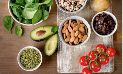 Kaliummangel: Darstellung gesunder, kaliumreicher Lebensmittel wie Nüsse, Tomaten, Spinat und Avocado