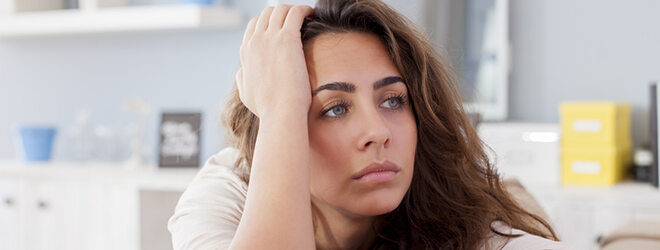 Frau mit schmerzbedingter Depression