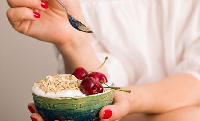 Für eine gute Darmflora: milchsaure Lebensmittel wie Joghurt und Kefir