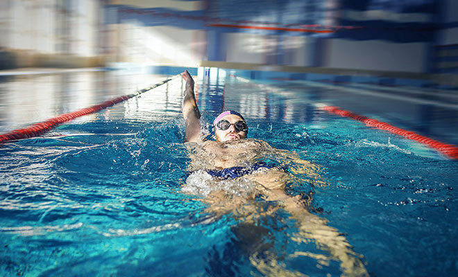 Mann macht rückenschwimmen