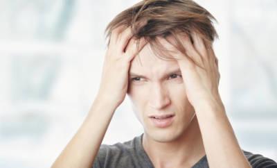 Mann mit Schmerzen an der Kopfhaut