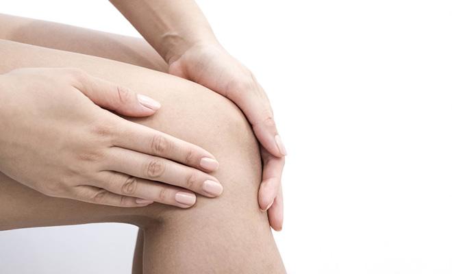 Kniearthrose kann aufgrund von Verschleiß, einer Verletzung und Überlastung des Knies auftreten