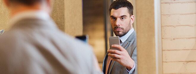 Narzissmus: arroganter Mann vor Spiegel