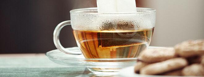 Schwarzer Tee in gläserner Tasse