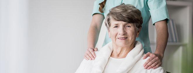 Eine Patientin im Seniorenalter und ihre Ärztin