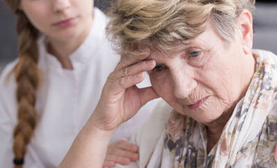 Diagnose Krebs: Eine besorgte Frau.