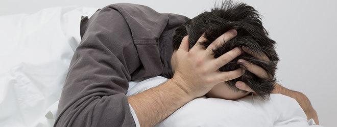 Zeitumstellung: ein Mann mit Schlafproblemen.