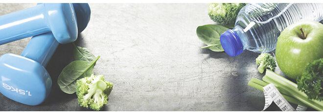 Grünes Gemüse und Hanteln