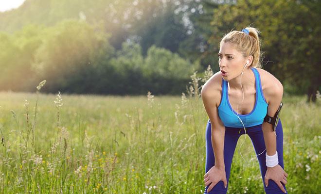 Sport trotz Heuschnupfen: Eine junge Frau zeigt wie es geht.