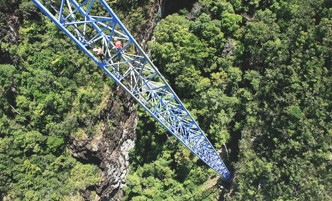 Kletterer auf Stahlgerüst im Wald