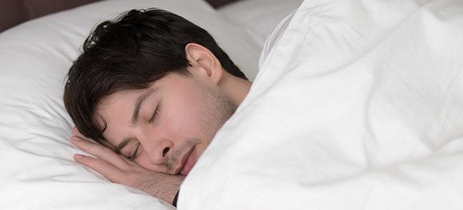 Hopfen wird als Heilpflanze bei Schlafproblemen angewandt.