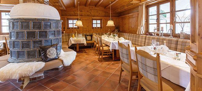 Restaurantbereich mit Kachelofen des HELDs Vitalhotel