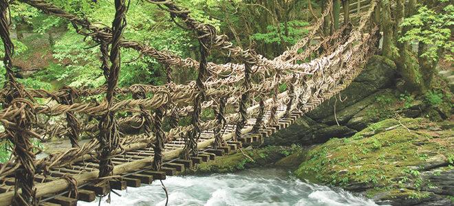 Seillbrücke über reißendem Fluss