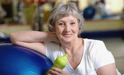 Seniorin, die sich mit Gymnastik fit hält.