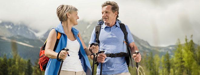 Sportarten für Senioren sollten gelenkschonend sein, zum Beispiel Nordic Walking.
