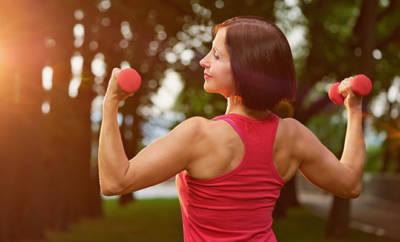 Wir stellen die besten Sportarten in den Wechseljahren und verraten, warum sie gesund sind.,