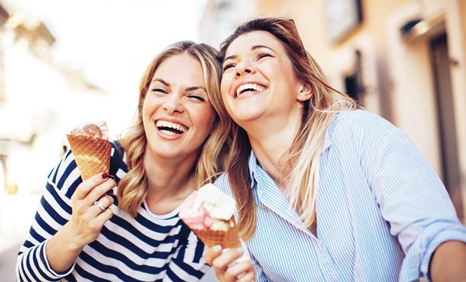 Schmerzempfindliche Zähne: Eisessen ist dann oft ein Problem
