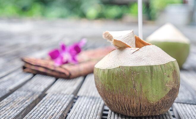 Kokoswasser aus der grünen Kokosnuss