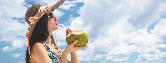 Kokoswasser direkt aus der Kokosnuss