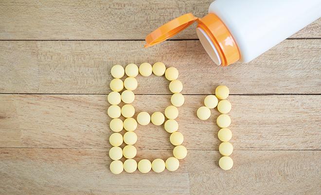 Gelbe Pillen formen B1 auf Holzuntergrund