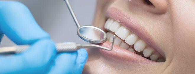 Zahnarzt untersucht die Zähne