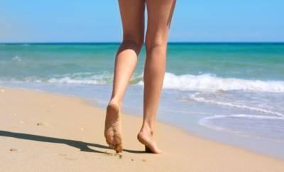 Frauenbeine am Meer