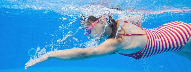 Schwimmen erfrischt und stärkt fast den gesamten Körper.