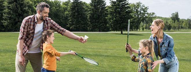 Federball macht Spaß und fördert die Reaktionsschnelligkeit: Eine gute sommerliche Sportart für Kinder.