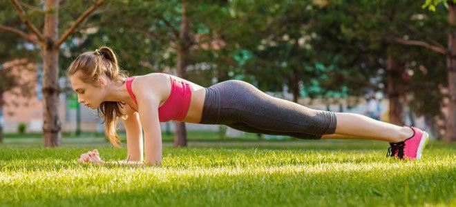 """Die """"Planke"""" bzw. der Unterarmstütz ist eine effektive Kraftsportübung, ganz ohne Geräte."""
