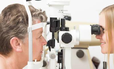 Augenuntersuchung beim Augenarzt zu Makuladegeneration