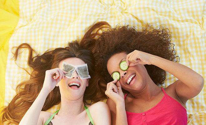 Teebeutel und Gurkenscheiben gegen geschwollene Augen