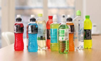 Isotonische Getränke gibt es in großer Vielfalt zu kaufen.