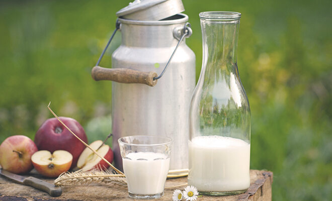 Milchkanne, Milchflasche und Glas mit Milch