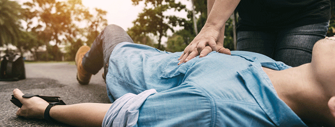 Jeder sollte wissen, wie man eine Herzdruckmassage durchführt.