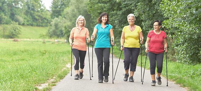 Frauengruppe beim Nordic Walking