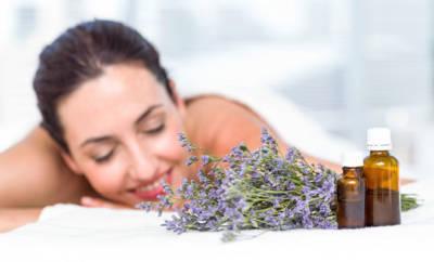 Bei der Aromatherapie erfolgt zum Beispiel eine Massage mit ätherischen Ölen.