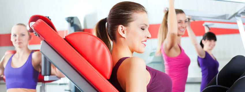 Frauen trainieren im Fitnessstudio.